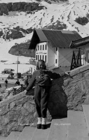 NVQ-S-004008-016A - Ritratto femminile in montagna - Data dello scatto: 1943 ca. - Archivi Alinari, Firenze