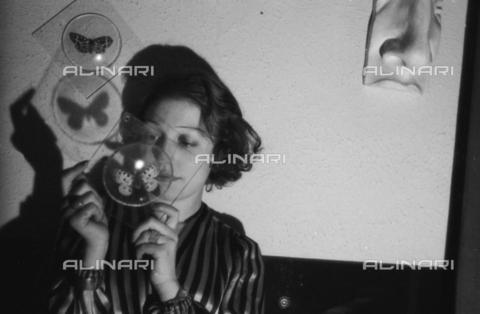 NVQ-S-004009-026A - Ritratto femminile con una farfalla - Data dello scatto: 1940-1945 - Archivi Alinari, Firenze