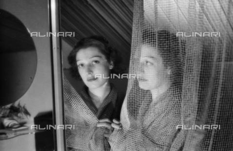 NVQ-S-004009-039A - Ritratto femminile con specchio - Data dello scatto: 1940-1945 - Archivi Alinari, Firenze