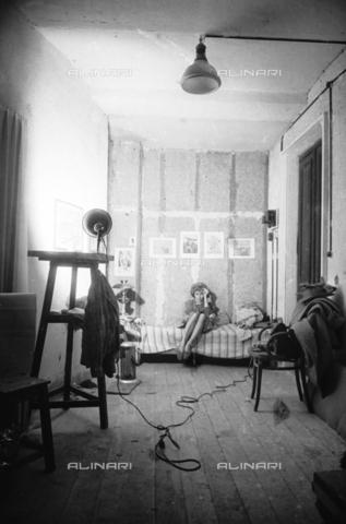 NVQ-S-00400E-0014 - Modella in una stanza sotto il faro di una lampada - Data dello scatto: 1940-1945 - Archivi Alinari, Firenze