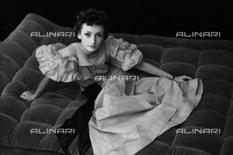 NVQ-S-004010-0008 - Ritratto femminile - Data dello scatto: 1939-1940 - Archivi Alinari, Firenze