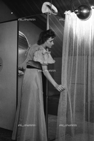 NVQ-S-004010-0012 - Ritratto femminile con specchio e tenda - Data dello scatto: 1939-1940 - Archivi Alinari, Firenze