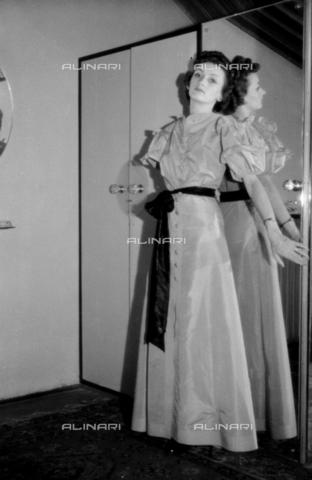 NVQ-S-004010-009A - Ritratto femminile con specchio - Data dello scatto: 1939-1940 - Archivi Alinari, Firenze