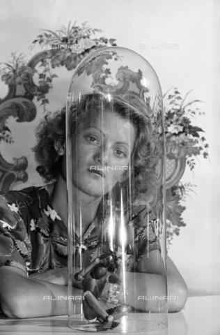 NVQ-S-004011-0004 - Ritratto femminile - Data dello scatto: 1940-1945 - Archivi Alinari, Firenze
