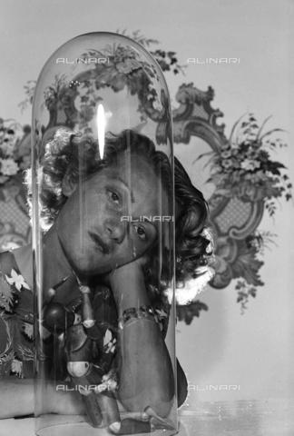 NVQ-S-004011-0012 - Ritratto femminile - Data dello scatto: 1940-1945 - Archivi Alinari, Firenze
