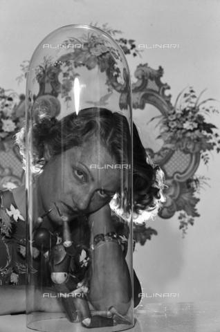 NVQ-S-004011-0013 - Ritratto femminile - Data dello scatto: 1940-1945 - Archivi Alinari, Firenze