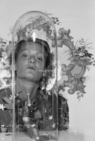 NVQ-S-004011-0017 - Ritratto femminile - Data dello scatto: 1940-1945 - Archivi Alinari, Firenze