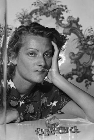 NVQ-S-004011-0027 - Ritratto femminile - Data dello scatto: 1940-1945 - Archivi Alinari, Firenze