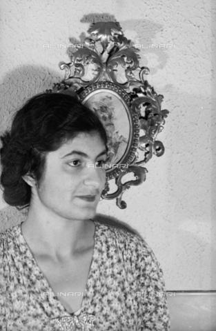 NVQ-S-004015-0002 - Ritratto femminile - Data dello scatto: 1940-1945 - Archivi Alinari, Firenze