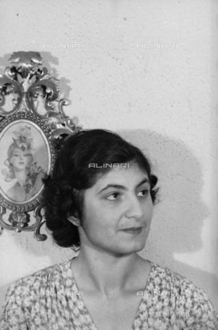 NVQ-S-004015-0006 - Ritratto femminile - Data dello scatto: 1940-1945 - Archivi Alinari, Firenze