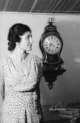NVQ-S-004015-0008 - Ritratto femminile con orologio da parete - Data dello scatto: 1940-1945 - Archivi Alinari, Firenze