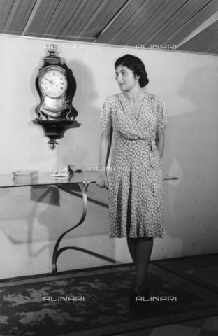 NVQ-S-004015-0010 - Ritratto femminile con orologio da parete - Data dello scatto: 1940-1945 - Archivi Alinari, Firenze