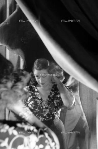 """NVQ-S-004015-0015 - """"Canzone"""", ritratto femminile - Data dello scatto: 1940-1945 - Archivi Alinari, Firenze"""
