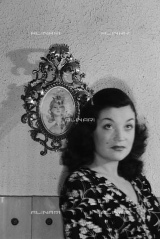 NVQ-S-004015-0018 - Ritratto femminile - Data dello scatto: 1940-1945 - Archivi Alinari, Firenze