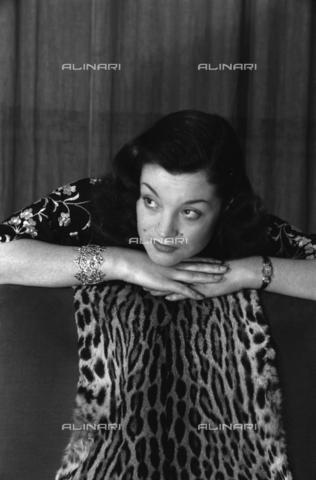 NVQ-S-004015-0022 - Ritratto femminile con pelliccia - Data dello scatto: 1940-1945 - Archivi Alinari, Firenze