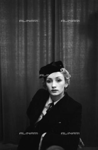 NVQ-S-004017-0005 - Ritratto femminile - Data dello scatto: 1940-1945 - Archivi Alinari, Firenze