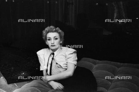 NVQ-S-004017-0028 - Ritratto femminile - Data dello scatto: 1940-1945 - Archivi Alinari, Firenze