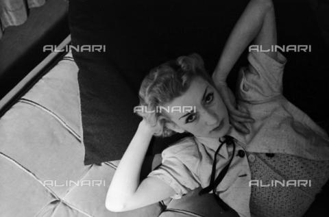 NVQ-S-004017-0031 - Ritratto femminile - Data dello scatto: 1940-1945 - Archivi Alinari, Firenze