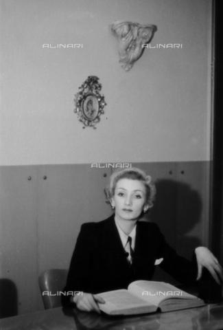 NVQ-S-004017-0032 - Ritratto femminile - Data dello scatto: 1940-1945 - Archivi Alinari, Firenze