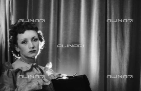 NVQ-S-004017-032A - Ritratto femminile - Data dello scatto: 1940-1945 - Archivi Alinari, Firenze