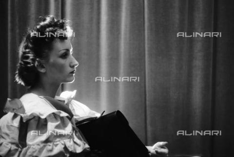 NVQ-S-004017-035A - Ritratto femminile - Data dello scatto: 1940-1945 - Archivi Alinari, Firenze