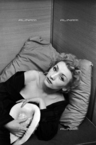 NVQ-S-004022-024B - Ritratto femminile con conchiglia - Data dello scatto: 1942-1945 - Archivi Alinari, Firenze