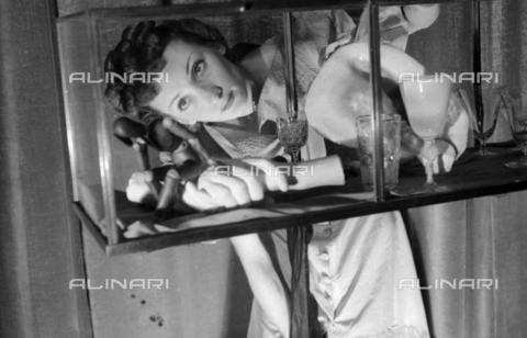 NVQ-S-004022-039A - Ritratto femminile con mensola - Data dello scatto: 1942-1945 - Archivi Alinari, Firenze