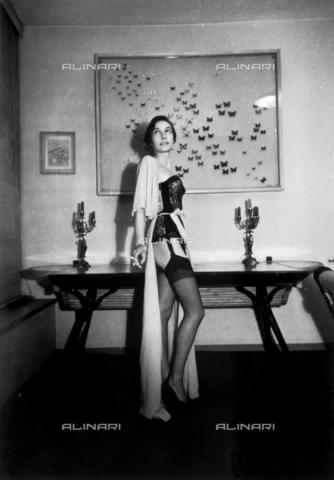 NVQ-S-004139-0014 - Modella in lingerie - Data dello scatto: 1940-1945 - Archivi Alinari, Firenze