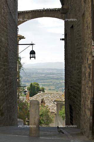OBN-F-000719-0000 - Alley of Via San Francesco in Assisi - Date of photography: 06/2012 - Nicolò Orsi Battaglini/Alinari Archives, Florence