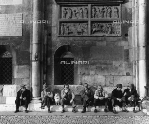 OMD-F-000001-0000 - Group of pensioners in front of the Duomo di Modena