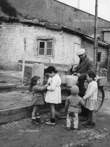 "OMD-F-000014-0000 - Group of children around a ""fusaiaro"" (seller fusaie) in the district Valle Aurelia"
