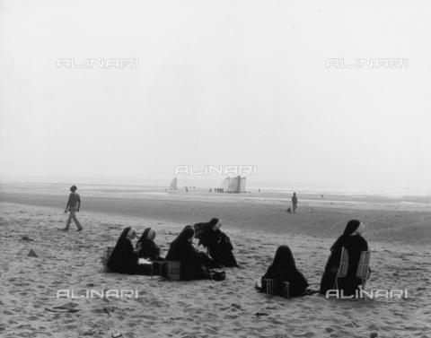 OMD-F-000064-0000 - Group of nuns on the beach in Le Touquet