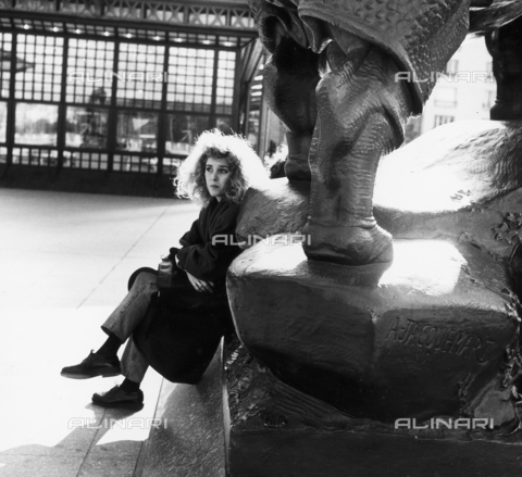 OMD-F-000072-0000 - Woman sitting on the base of the sculpture of Jacoumart in front of the Musée d'Orsay in Paris