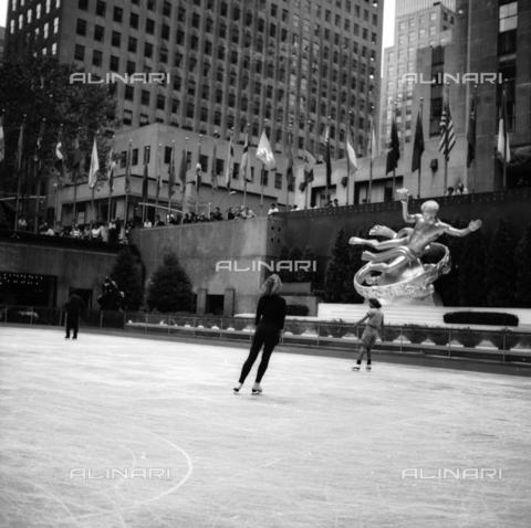 OMD-N-000016-0013 - Pista di pattinaggio su ghiaccio al Rockfeller Center a Manhattan, New York City