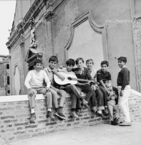 OMD-N-000422-0008 - Group of children singing and playing guitar on a bridge in Venice
