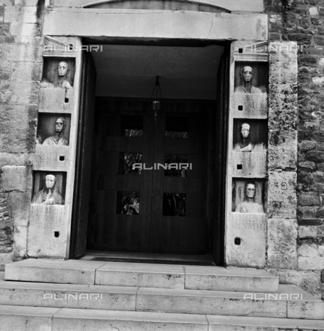OMD-S-000183-0002 - Portal with the Roman era busts of Cathedral of San Giusto on the homonymous hill of Trieste - Date of photography: 25/04-01/05/1991 - Fratelli Alinari Museum - donation Orioli, Florence
