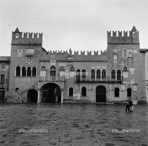 OMD-S-000183-0019 - Praetorian Palace Tito Square (formerly Piazza del Duomo) in Koper - Date of photography: 25/04-01/05/1991 - Fratelli Alinari Museum - donation Orioli, Florence