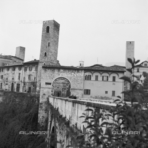 OMD-S-000324-0003 - View of Solestà Roman Bridge and Porta Cappuccina (Capuchins) in Ascoli Piceno - Date of photography: 1990-2000 - Fratelli Alinari Museum - donation Orioli, Florence