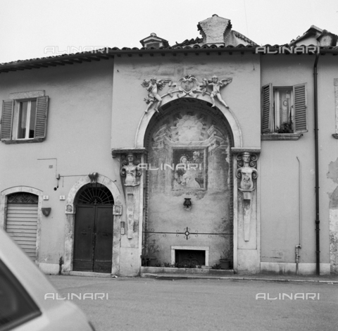 OMD-S-000324-0004 - Shrine near the Solestà Roman bridge in Ascoli Piceno - Date of photography: 1990-2000 - Fratelli Alinari Museum - donation Orioli, Florence