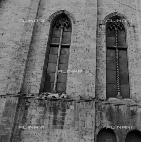 OMD-S-000324-0007 - Detail of windows of the Church of San Francesco in Piazza del Popolo in Ascoli Piceno - Date of photography: 1990-2000 - Fratelli Alinari Museum - donation Orioli, Florence