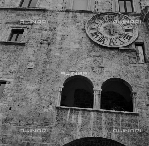 OMD-S-000324-0008 - Detail of the facade of the Captains of the People's Palace in Piazza del Popolo in Ascoli Piceno - Date of photography: 1990-2000 - Fratelli Alinari Museum - donation Orioli, Florence