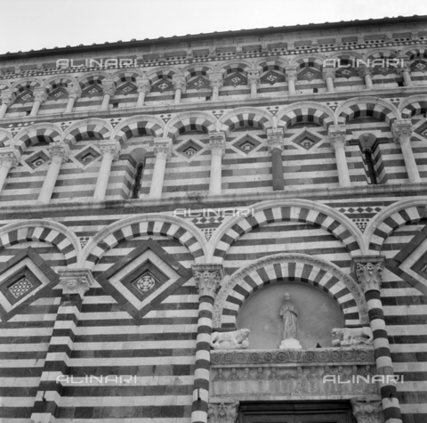 OMD-S-000399-0003 - Detail of the church of San Giovanni Fuorcivitas (San Giovanni Evangelista) in Pistoia - Date of photography: 04/2001 - Fratelli Alinari Museum - donation Orioli, Florence