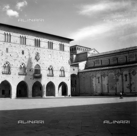 OMD-S-000399-0006 - Palace of the Elders (Janus palace) in Piazza del Duomo in Pistoia - Date of photography: 04/2001 - Fratelli Alinari Museum - donation Orioli, Florence