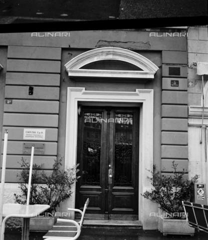 OMD-S-000436-0002 - Door of a building in Trieste - Date of photography: 05/1991 - Fratelli Alinari Museum - donation Orioli, Florence