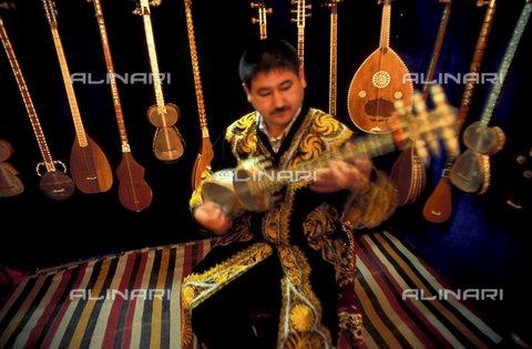 PAA-F-000181-0000 - Asia centrale, Uzbekistan, città di Samarcanda, Sher Dor madrasa, negozio di strumenti musicali con chitarra chiamata tar - Data dello scatto: 2005 - Angela Prati/Archivi Alinari