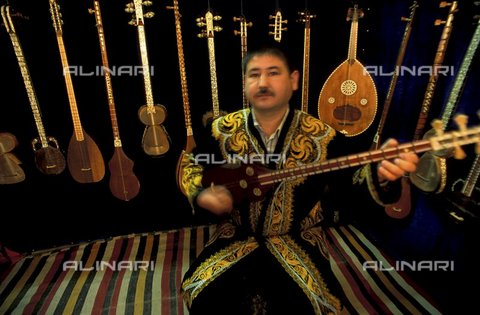 PAA-F-000182-0000 - Asia centrale, Uzbekistan, città di Samarcanda, Sher Dor madrasa, negozio di strumenti musicali con chitarra chiamata tar - Data dello scatto: 2005 - Angela Prati/Archivi Alinari