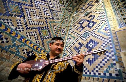 PAA-F-000183-0000 - Asia centrale, Uzbekistan, città di Samarcanda, Sher Dor madrasa, negozio di strumenti musicali con chitarra chiamata tar - Data dello scatto: 2005 - Angela Prati/Archivi Alinari