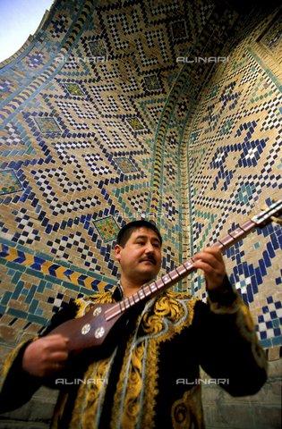 PAA-F-000184-0000 - Asia centrale, Uzbekistan, città di Samarcanda, Sher Dor madrasa, negozio di strumenti musicali con chitarra chiamata tar - Data dello scatto: 2005 - Angela Prati/Archivi Alinari