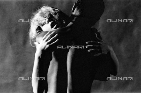 PAQ-F-000111-0000 - Coppia abbracciata - Data dello scatto: 1980 ca. - Archivi Alinari, Firenze