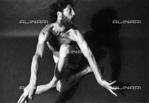 PAQ-F-000119-0000 - Modello in posa per il fotografo - Data dello scatto: 1980 ca. - Archivi Alinari, Firenze